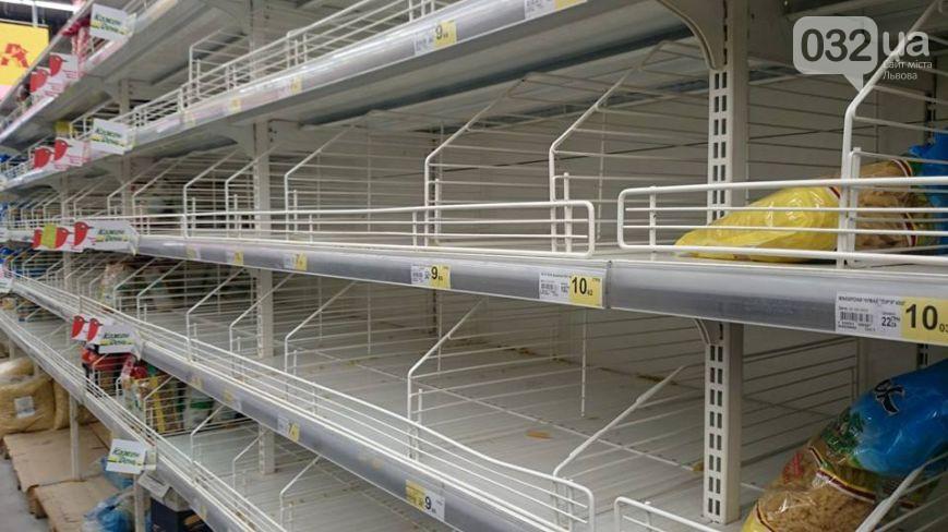 Ажіотаж спадає: львів'яни перестали вимітати все з супермаркетів