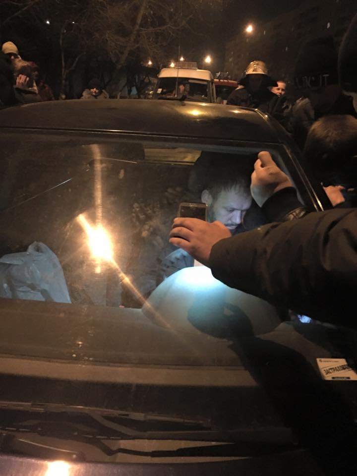 Пьяный водитель уснул за рулем своего автомобиля посреди дороги. Пытались разбудить его ГАИ и МЧС (фото, видео)