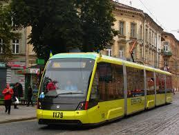 Во Львове девушка столкнулась с трамваем