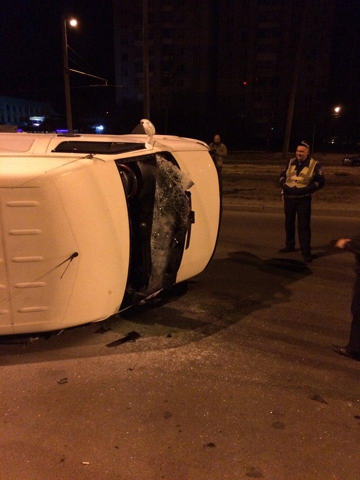 На Сихові у Львові перекинувся автобус, водій був п'яним (ФОТО)