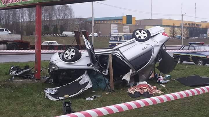 У Львові Mercedes влетів у рекламний стовп: загинув на місці водій-міліціонер (фото)