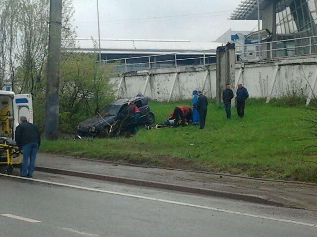 У Львові автомобіль Mercedes влетів у стовп: постраждали пасажири