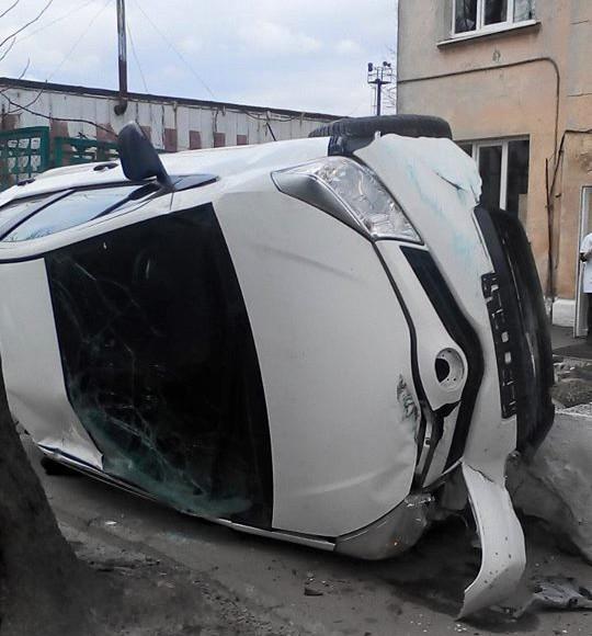 Во Львове посреди дороги перевернулось авто (фото)
