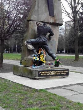 Вандалы уничтожили памятник воинам-афганцам во Львове (фото)