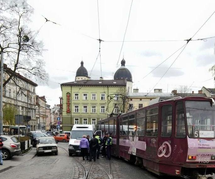 ДТП во Львове: Автобус не разминулся с трамваем (фото)