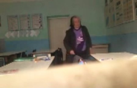 Скандал на Закарпатті: Що робить вчителька, коли дітей немає в класі? (відео)