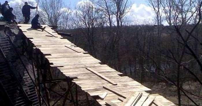 В Станице Луганской построили пешеходную переправу на месте взорванного моста (ФОТО)