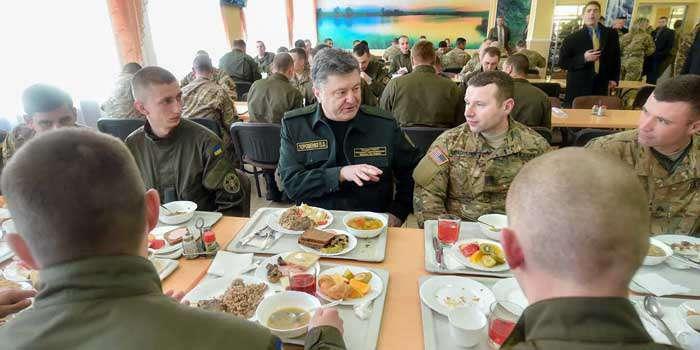 Порошенко пообедал с солдатами США (ФОТО)
