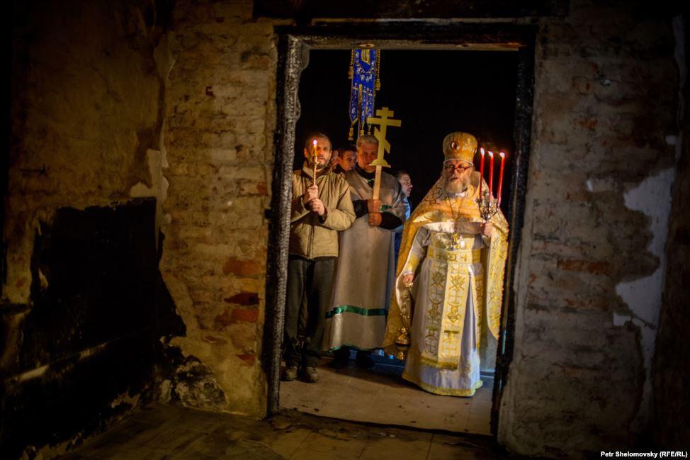 Як в ДНР в напівзруйнованому храмі святили паску (ФОТО)