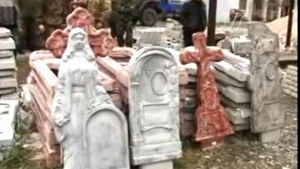 """""""Допомога"""" з РФ: терористи отримали партію хрестів і надгробків (ВІДЕО)"""