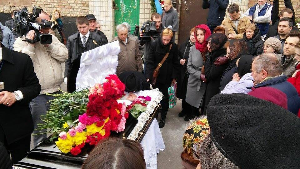 У Києві розпочалися похорони скандального Олеся Бузини (фото)