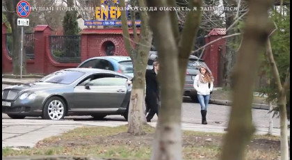 """Експеримент у Львові: чи простіше """"мажору"""" познайомитися з дівчиною (відео)"""