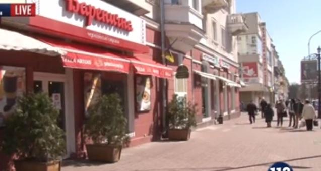 Мовний скандал: У Чернігові офіціантка відмовилася говорити з  клієнтом українською (відео)