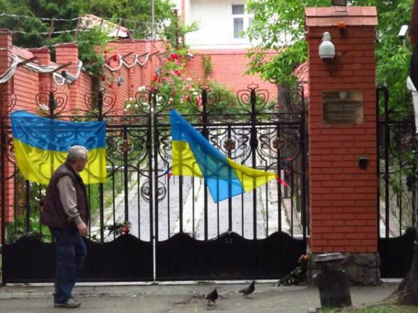 Біля консульства РФ у Львові спалили прапори «ЛНР» і «ДНР» (відео)