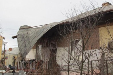 Негода, яка орудувала на Львівщини, зірвала дахи на 24 будівлях