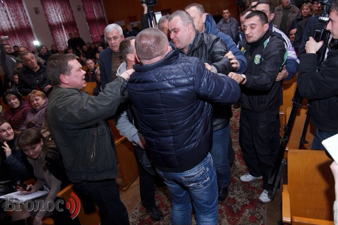 У Львові ледь не побилися на громадських слуханнях по тарифах у маршрутках (ФОТО)