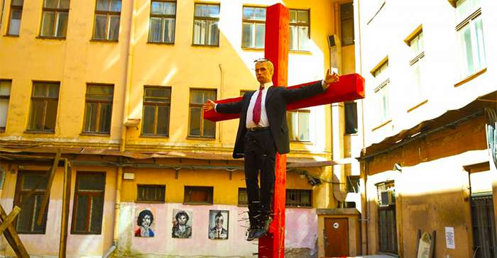 В Латвии с креста сняли распятого «Путина»