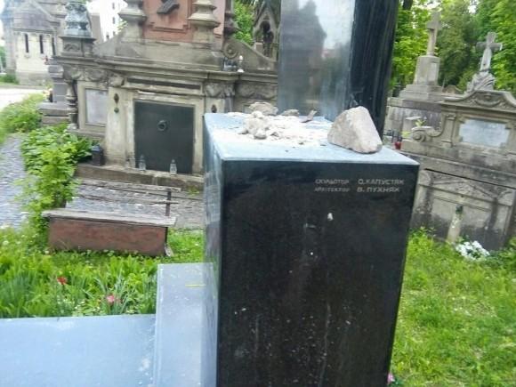 На Личаківському цвинтарі викрали бронзове погруддя