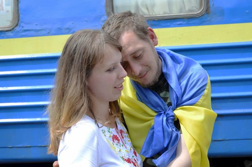 Слезы счастья и сине-желтые букеты Как во Львове встречали освобожденных из плена нацгвардийцив (ФОТО)