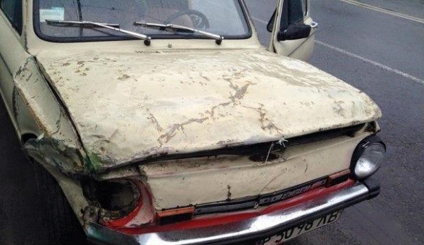 У Львові молодик на старенькому авто врізався у стовп (відео)