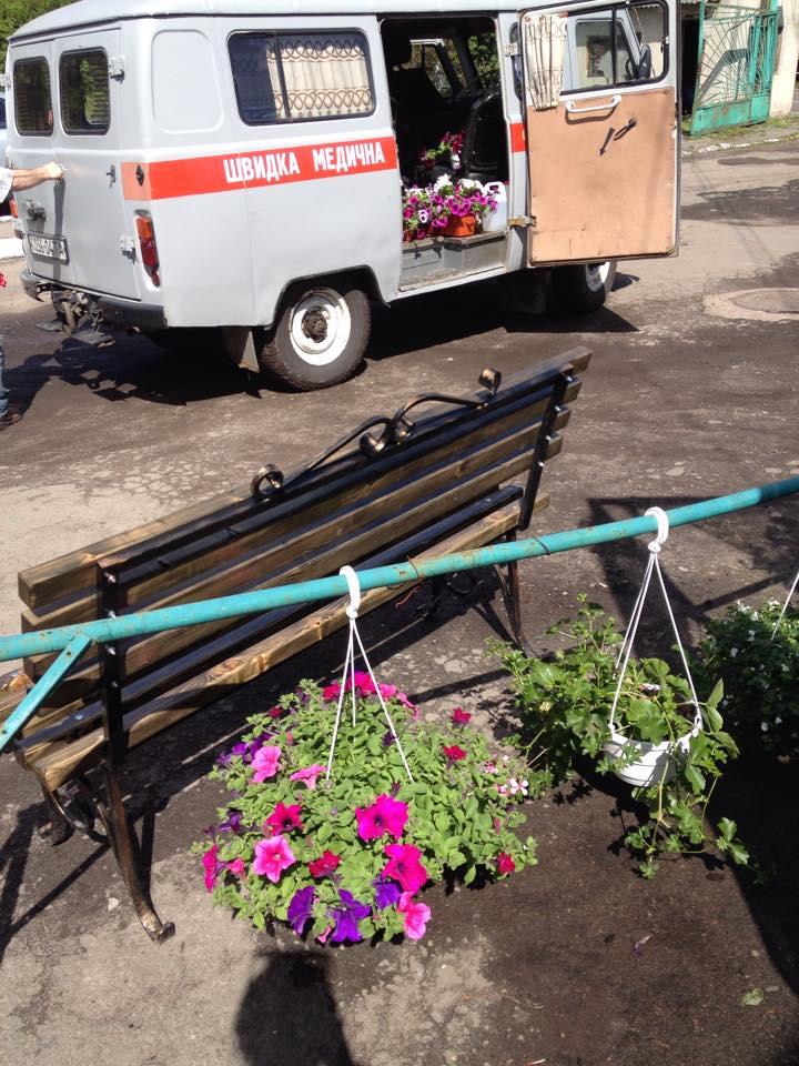 Як львівські швидкі замість хворих возять квіти (фотофакт)