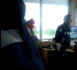 """Курйоз на закарпатському посту ДАІ: """"Я ся небою, айбо не знімай ня"""" (відео)"""