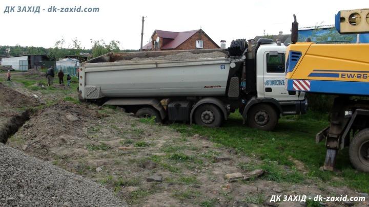 Щебінь на ремонт автошляху Р-15 не використовують за призначенням – продають (фото, відео)
