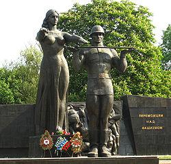 У Львові комуністи зносять квіти до Монументу слави, є георгіївські стрічки