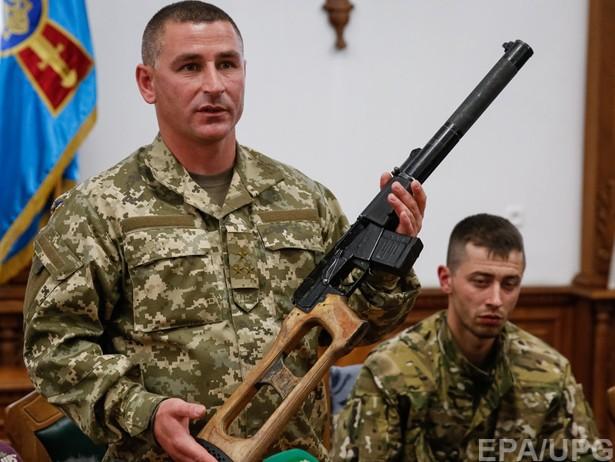 В Генштабе показали оружие задержанных российских спецназовцев (ВИДЕО)