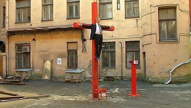 В Риге распяли статую Путина