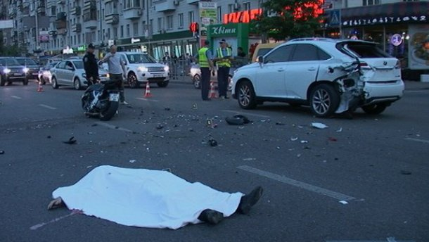 В центре Киева женщина за рулем гламурного Lexus сбил насмерть мотоциклиста (ФОТО)