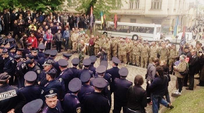 Кордон міліції розділяв марш соціалістів і «Правого сектора»