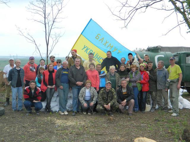 Как жители Артемовска строят оборонительные укрепления (ФОТОФАКТ)