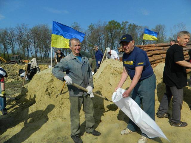 Як жителі Артемівська будують оборонні укріплення (ФОТОФАКТ)