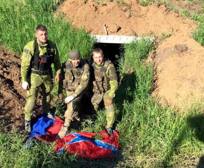 Защитники Марьинки затоптали флаг Гиви (ФОТО)