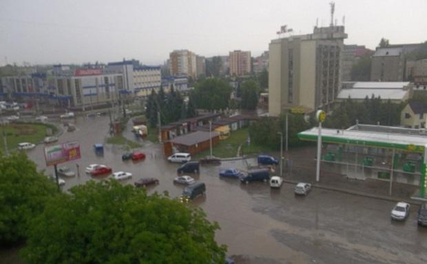 Мощный ливень затопил центральные улицы Черновцов (фоторепортаж, видео)