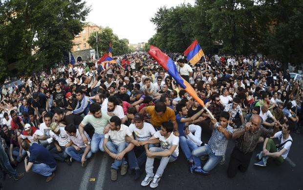 Поліція заявила про намір очистити вулиці Єревану від протестуючих ввечері