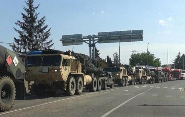 В Угорщині на кордоні з Україною помітили колону військової техніки (фотофакт)