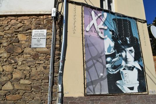 Комунальники збилися з ніг, знімаючи з фасадів незаконну рекламу