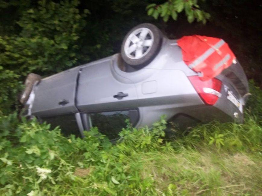 На Львівщині в кюветі знайшли автомобіль, який перекинувся (ФОТО)