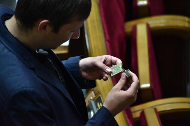Нардепам у Раді роздали патріотичні флешки зі зверненням Порошенка