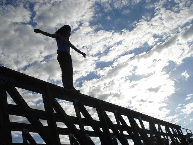 В Івано-Франківську п'яна юначка стрибнула із мосту на Незалежності