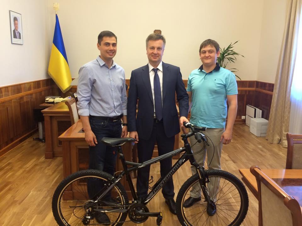 «Євромайданівці» подарували Наливайченку велосипед (ФОТО)