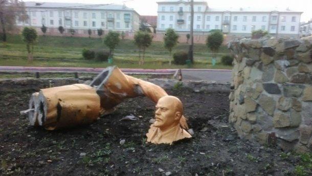Російський п'яниця намагався зробити селфі і зламав Леніна (ФОТО)