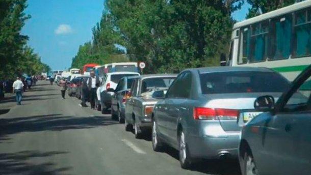 Фотофакт: пекельна черга з окупованого Донецька