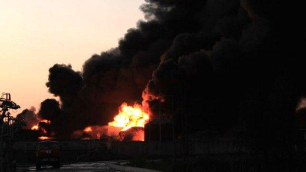 """На нафтобазі вночі прогриміли кілька вибухів, є жертви, — """"Азов"""" (фото)"""