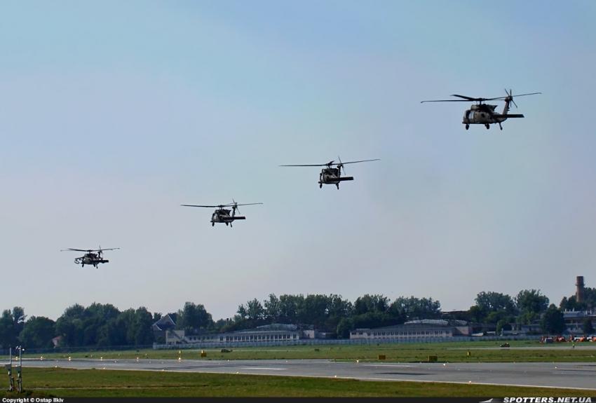 У львівському аеропорту помітили гелікоптери армії США (Фото)