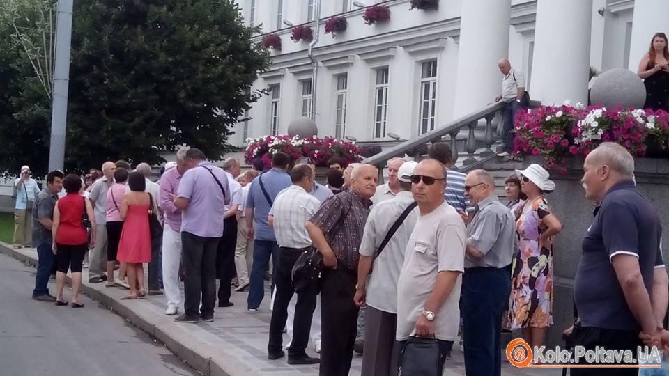 Сесія полтавської міськради закінчилась скандалом та штовханиною (ВІДЕО)