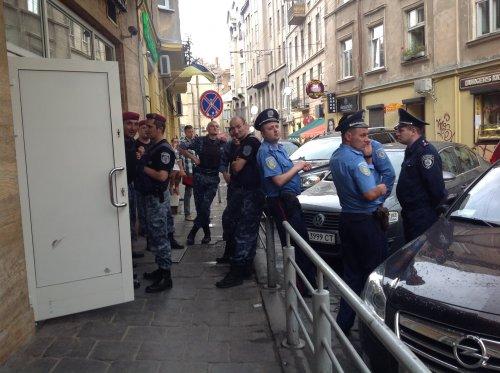 У центрі Львова невідомі захопили ресторан «Мафія» (фото, відео)