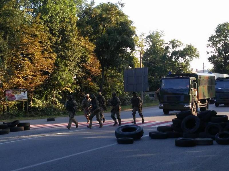 По дороге в Закарпатье зафиксировали колонну бронетехники Нацгвардии (видео, фото)